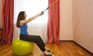 Выполнение упражнений с эспандером для спины